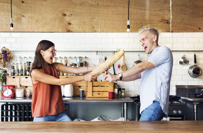 吃食物的夫妇哺养甜概念 免版税库存照片