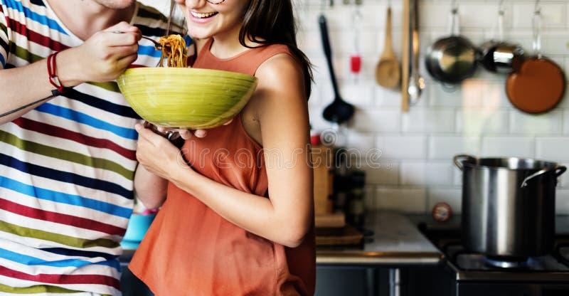吃食物的夫妇哺养甜概念 库存图片