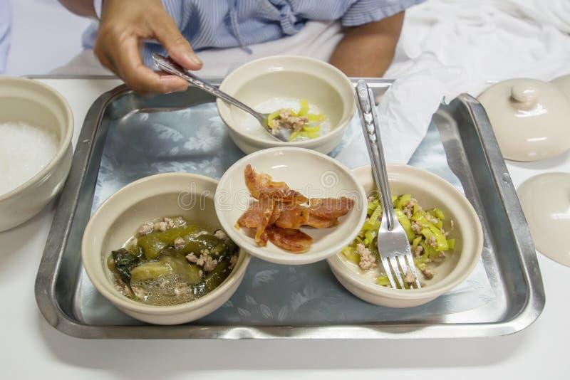 吃食物的患者在医院病房里 库存照片