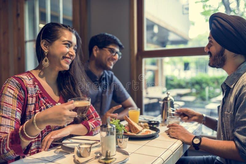 吃餐馆的印地安公共用餐概念 库存图片