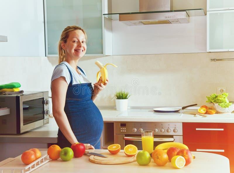 吃香蕉的孕妇 库存图片