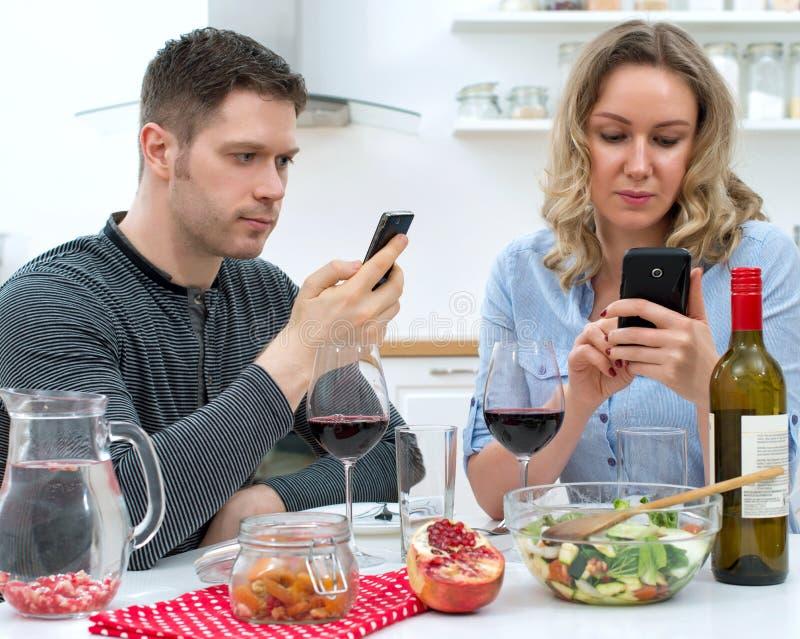 吃年轻的夫妇晚餐 免版税图库摄影