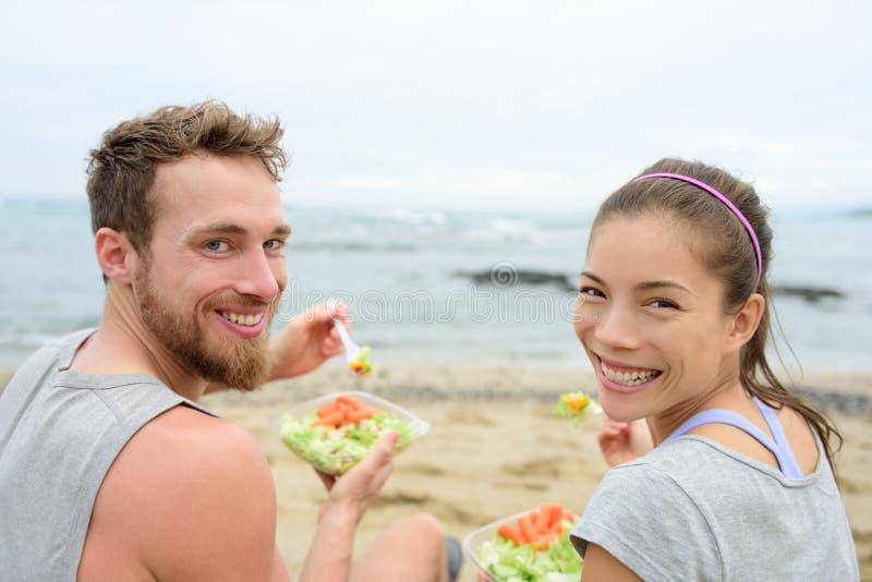 吃素食沙拉午餐膳食的素食主义者朋友 免版税库存图片