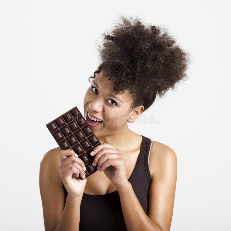 吃chcolate的妇女 免版税库存照片
