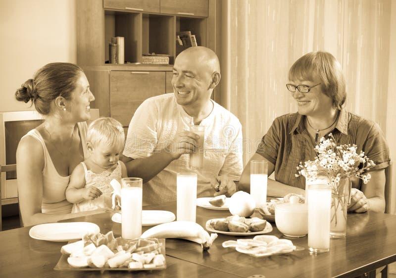 吃friuts和vege的愉快的多代的家庭画象  库存照片