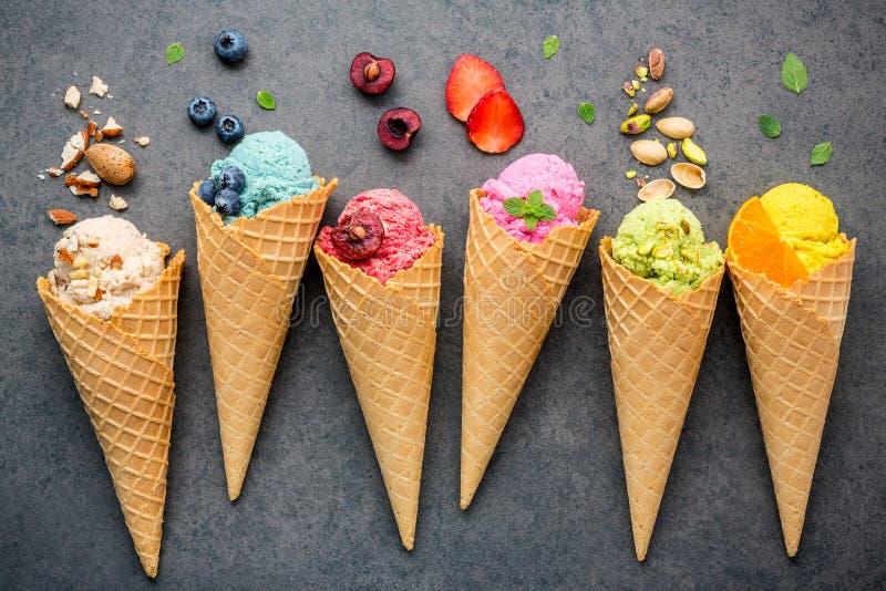 各种各样在锥体蓝莓,草莓, pist的冰淇凌味道 库存图片
