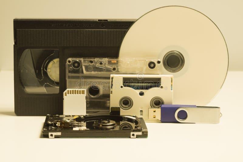 各种各样的中型 光盘 倾斜的回到看板卡关闭内存photoed被安置是 录影和卡型盒式录音机 背景推进闪光例证查出的usb白色 中型演变 免版税库存照片