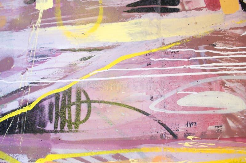 以各种各样的五颜六色的明亮的颜色绘的墙壁 详细资料涌现街道画有趣模式墙壁 能使用作为背景或纹理 皇族释放例证