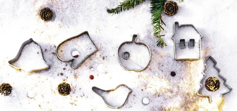 各种各样的以圣诞节主题的曲奇饼切削刀 Xmas在白色的曲奇饼切削刀 假日样式 免版税库存照片
