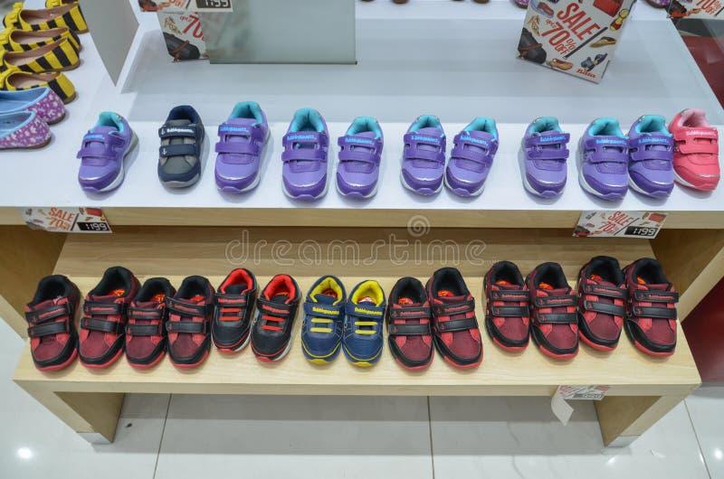 各种各样的儿童鞋子待售 图库摄影