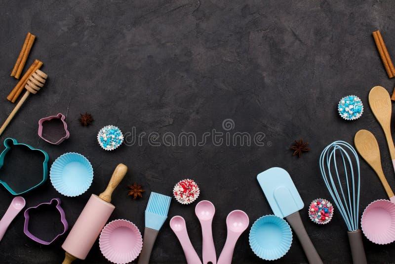 各种各样的厨房烘烤器物 平的位置 食谱的大模型在黑暗的背景 库存图片