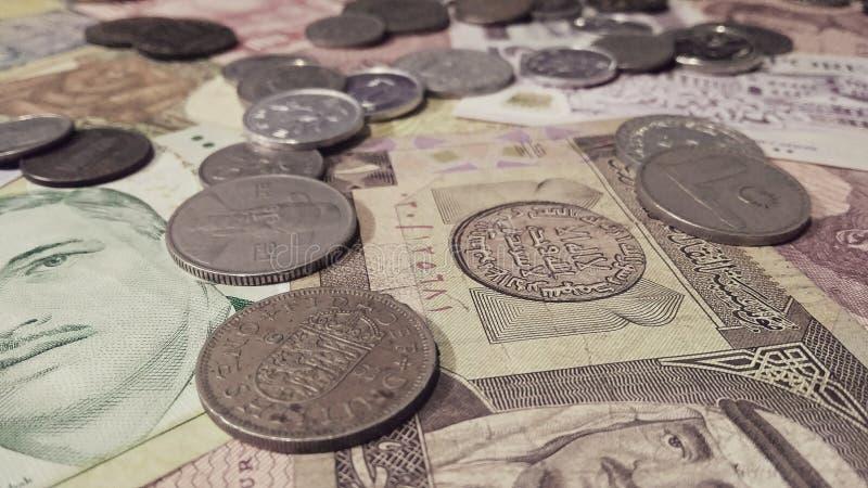各种各样的国家货币堆  免版税图库摄影