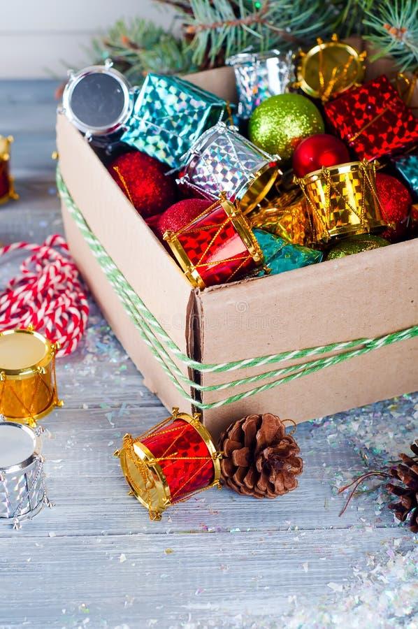 各种各样的圣诞节装饰的收藏,被安置入纸板箱 库存图片