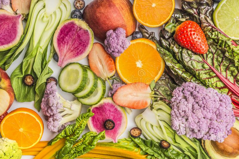 各种各样的夏天水果和蔬菜食物背景,顶视图 库存图片