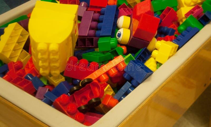 各种各样的大小多色的塑料玩具块  库存图片