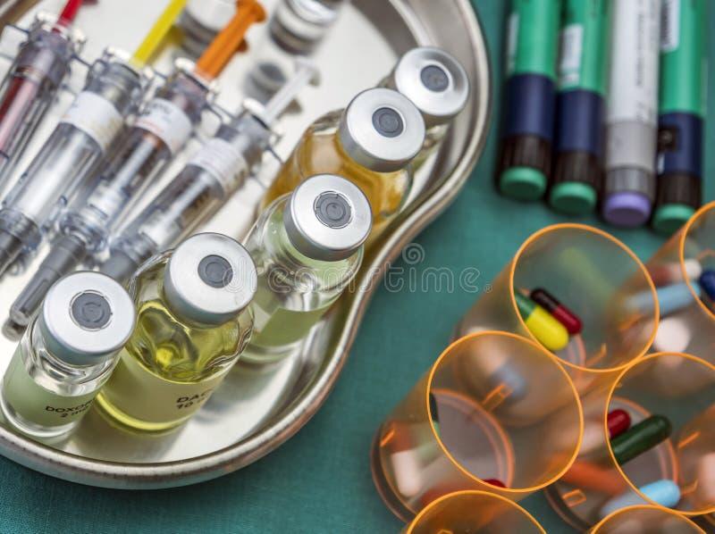 各种各样的小瓶和疗程在缓和剂里桌准备了  库存照片