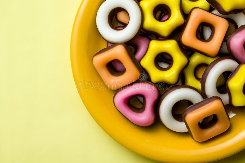 各种各样的形状五颜六色的糖果店  免版税库存图片