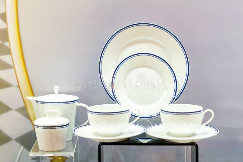 各种各样的新的厨具例如在桌上的茶壶杯子板等 免版税库存照片