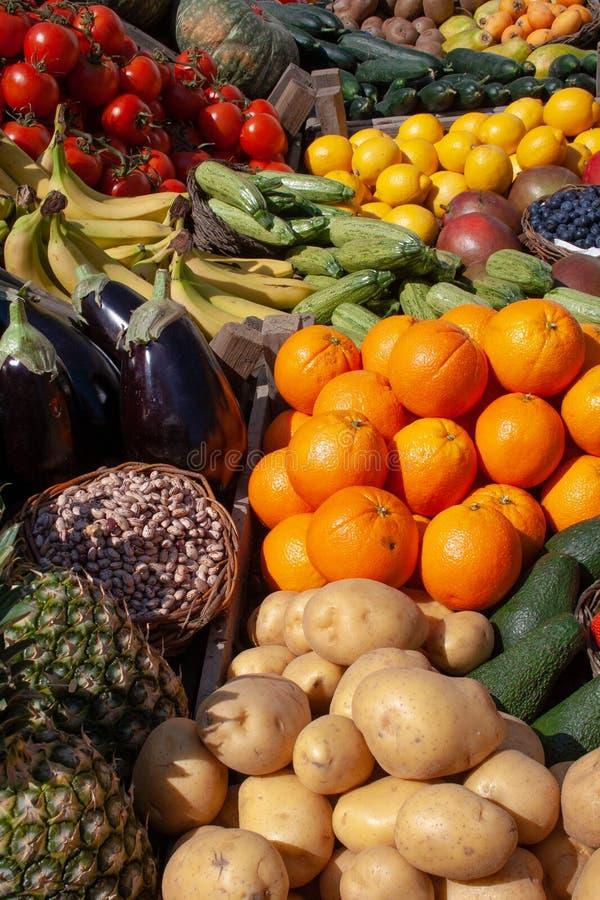 各种各样的新鲜的生物蔬菜和水果 库存照片
