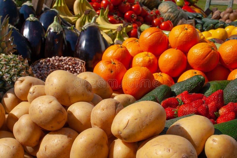 各种各样的新鲜的生物蔬菜和水果 库存图片