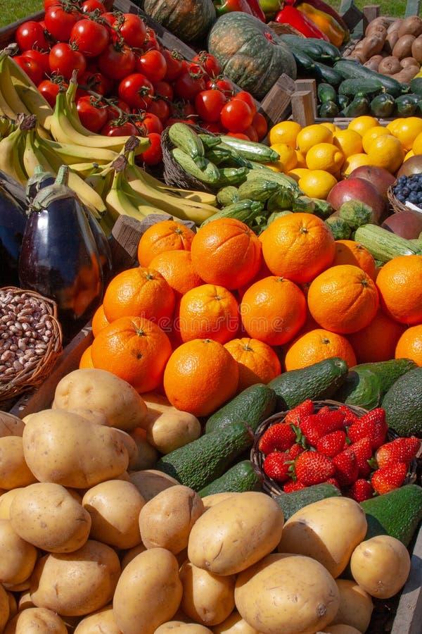 各种各样的新鲜的生物蔬菜和水果 免版税图库摄影