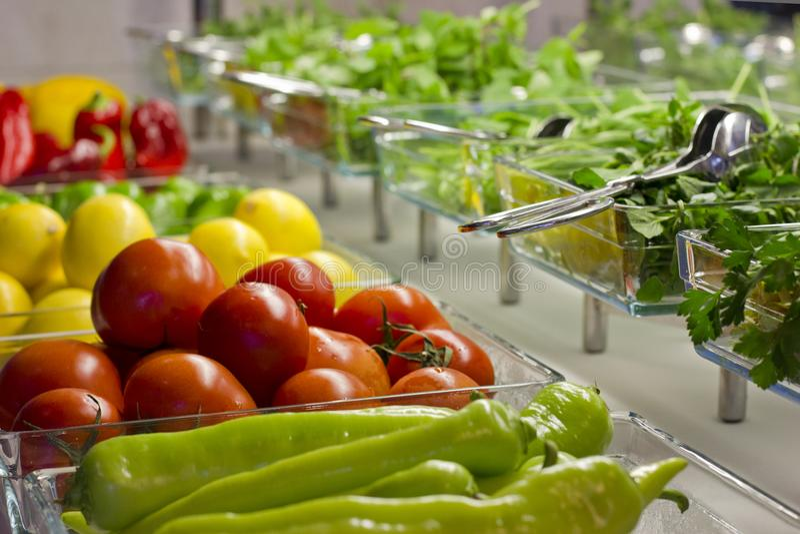 各种各样的新鲜蔬菜和绿色 蕃茄,黄瓜, p 图库摄影