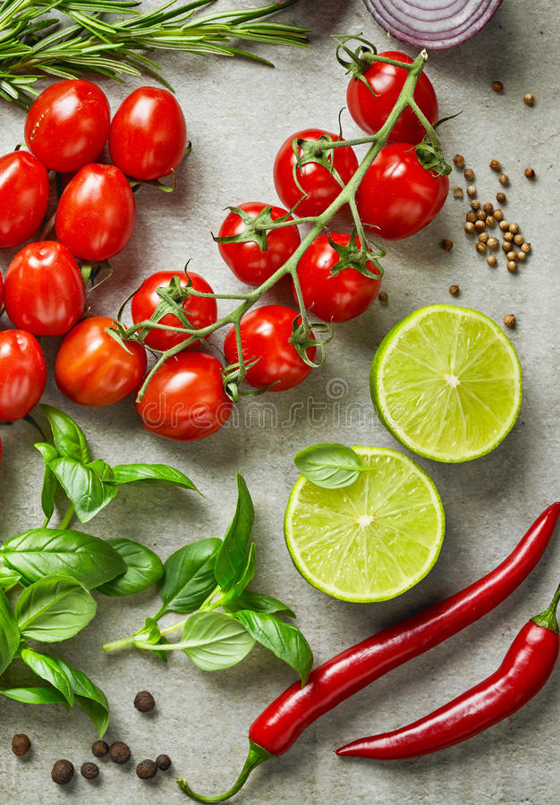 各种各样的新鲜蔬菜和草本 免版税库存图片