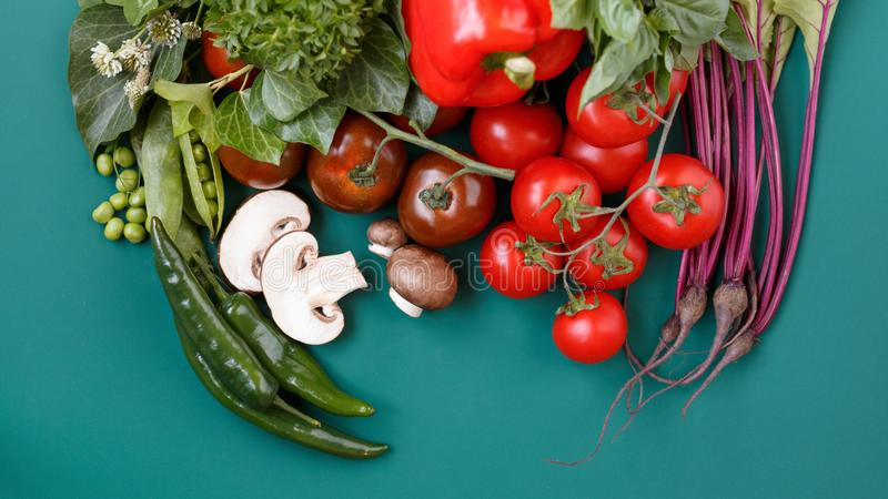 各种各样的新鲜蔬菜有机食品的顶视图健康的在与拷贝空间的黑暗的土气背景您的文本的 库存图片
