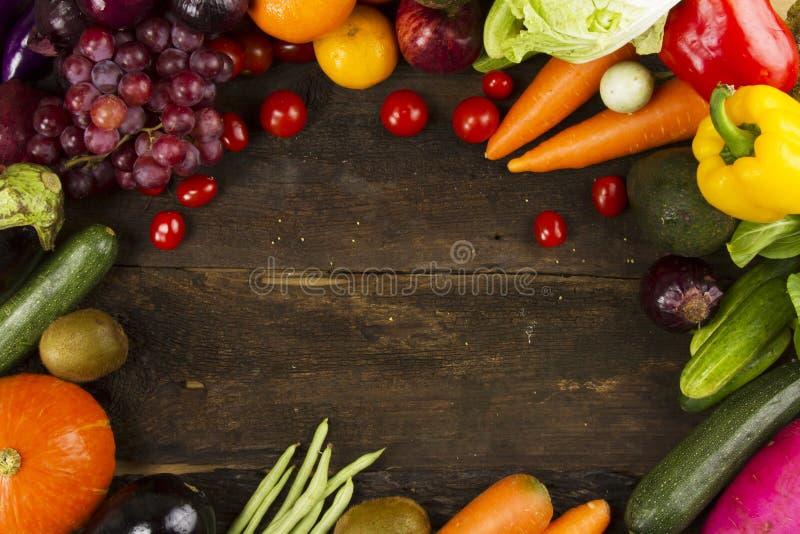 各种各样的有机菜和果子在板条木头 免版税图库摄影