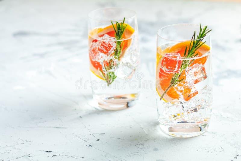 各种各样的杜松子酒补剂被混合的花梢饮料鸡尾酒 库存图片