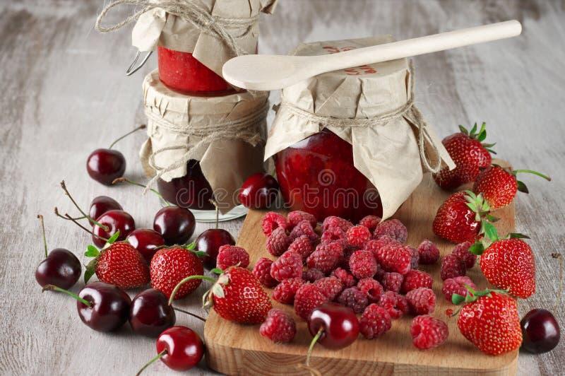 各种各样的果酱和莓果 库存图片
