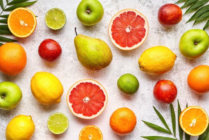 各种各样的柑橘水果背景混合舱内甲板位置,健康素食有机食品 库存图片