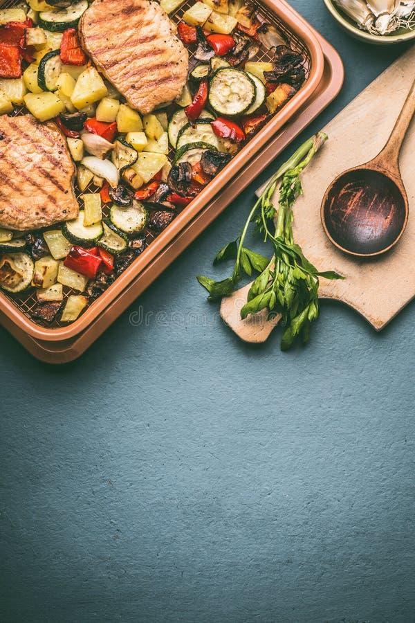 各种各样的烤菜和肉在格栅花格试穿厨房用桌 图库摄影