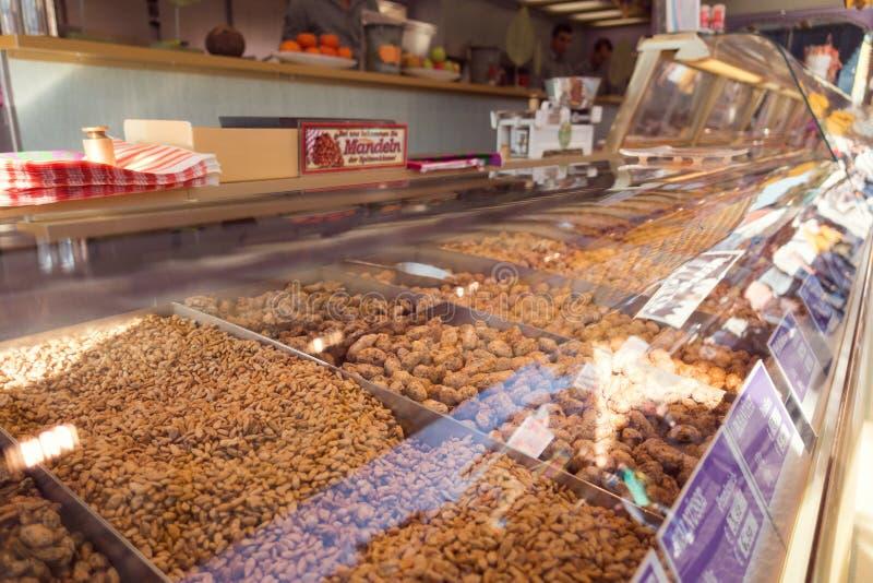 各种各样的焦糖坚果和干果子在oktoberfest正方形在g 图库摄影