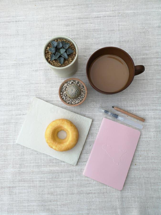 各种各样的盆的仙人掌房子植物的汇集,与一杯咖啡的多福饼,图画材料,为速写的得心应手的工具,顶面 库存图片