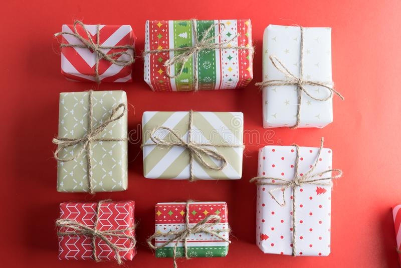 各种各样的礼物盒顶视图  库存图片