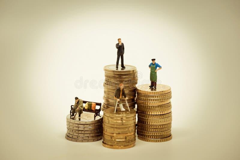 各种各样的社会团体的人们在堆的硬币 免版税库存照片
