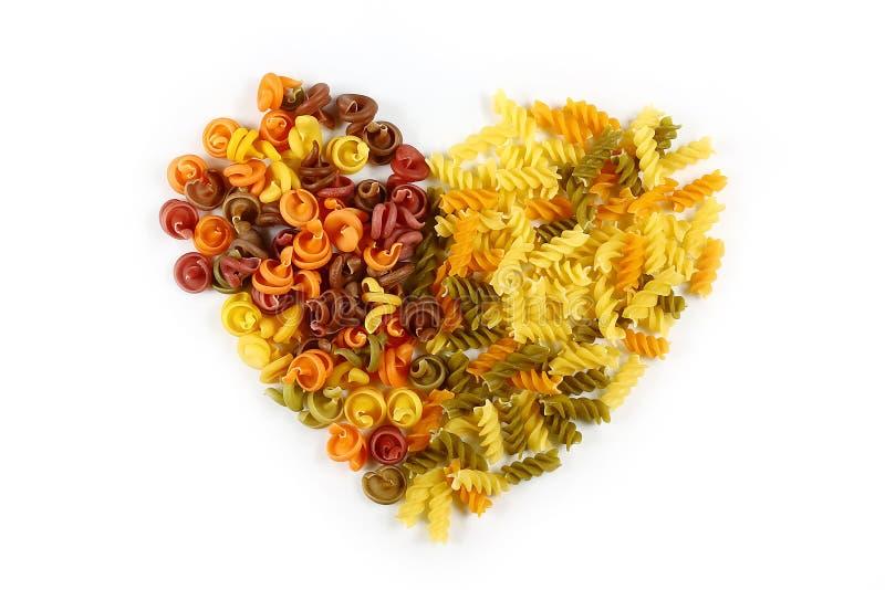 各种各样的种类在白色背景的色的未加工的意大利面团,顶视图,从食物的华伦泰心脏,打开对假日,集合 图库摄影