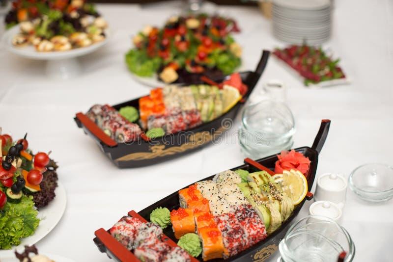 各种各样的种类寿司食物在小船容量服务 梅基寿司和Nigiri寿司的不同的类型 库存图片