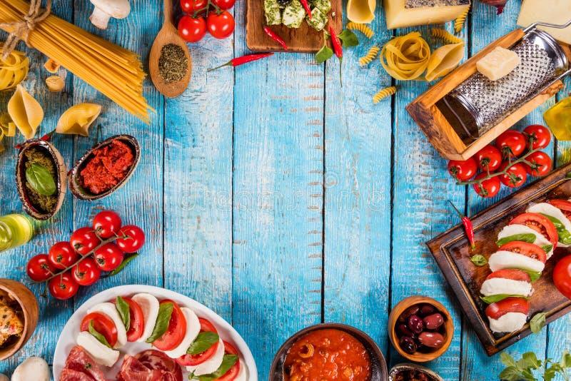各种各样的种类意大利食物在木头服务 免版税库存图片