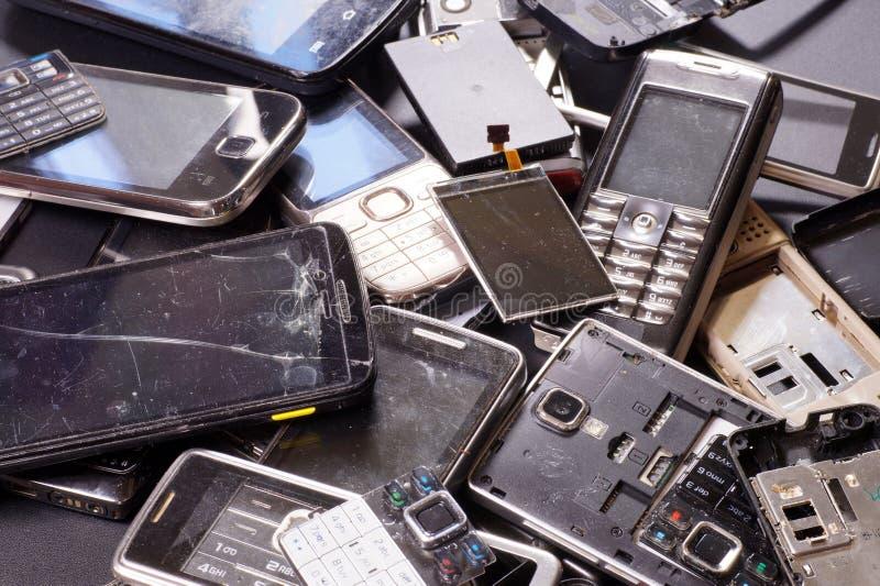 各种各样的类型电话和智能手机和世代不适用于修理 电子小块 库存图片