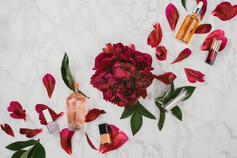 各种各样的美容品Flatlay和化妆用品血清,嘴唇光泽,指甲油等 免版税库存图片
