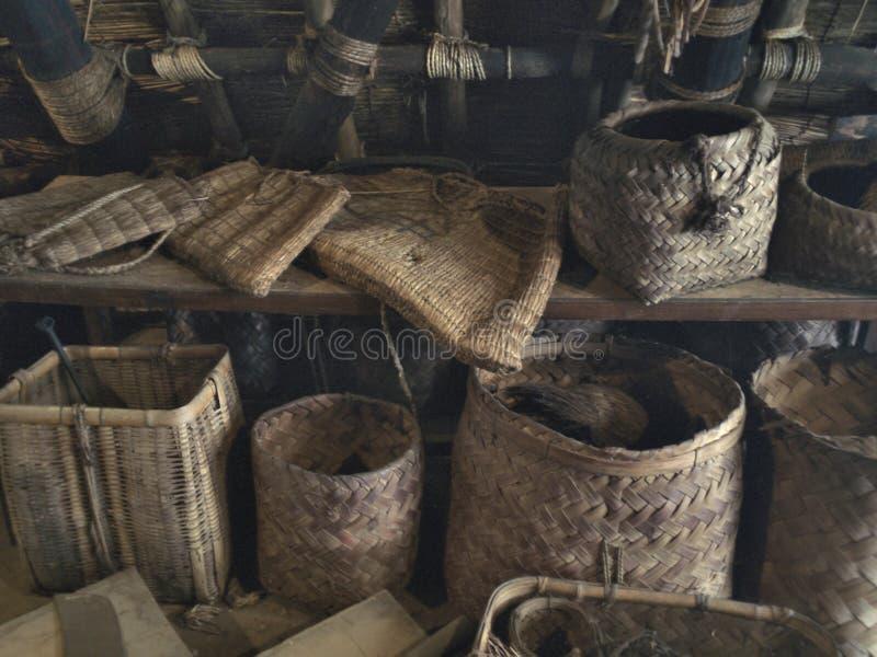 各种各样的老日本被编织的篮子和袋子在一个木地板上 免版税库存照片