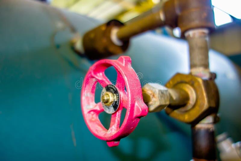 各种各样的老锅炉室管子阀门 库存照片