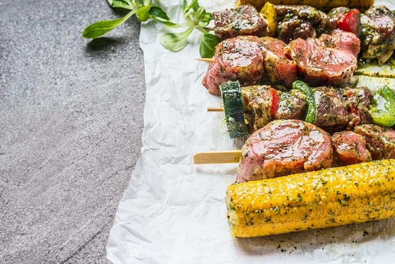 各种各样的肉、菜和玉米串格栅或烧烤的 免版税库存图片