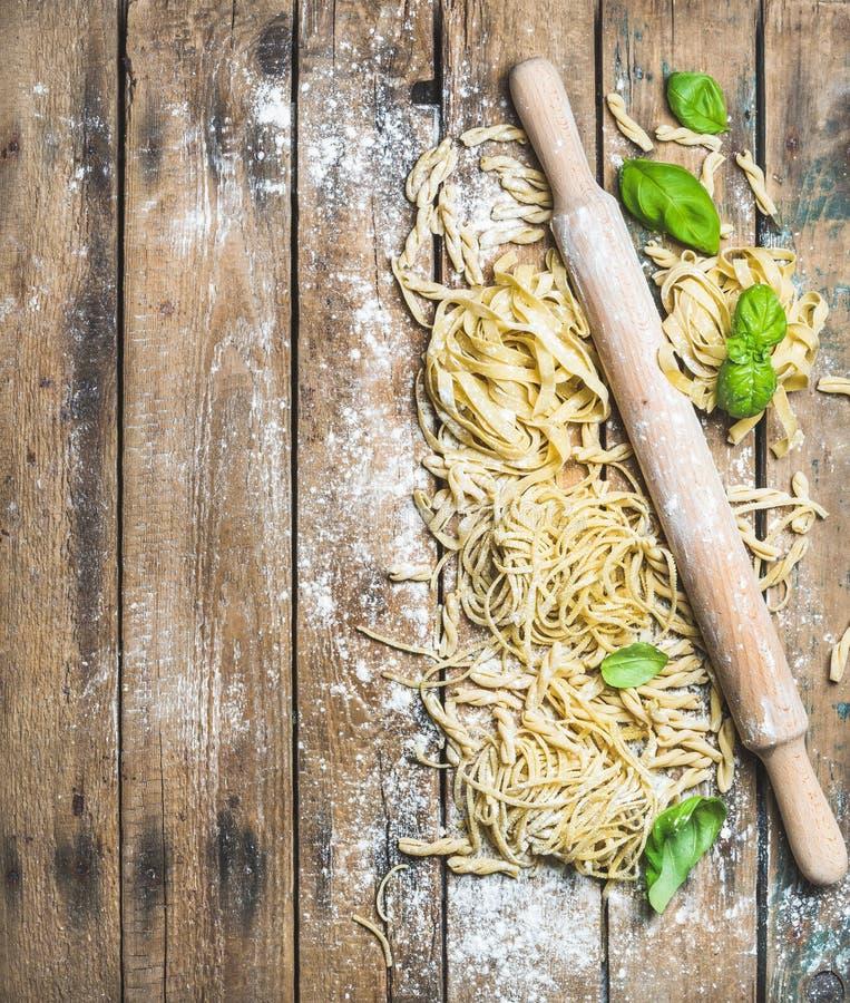 各种各样的自创新鲜的未煮过的意大利面团和柱塞 库存图片