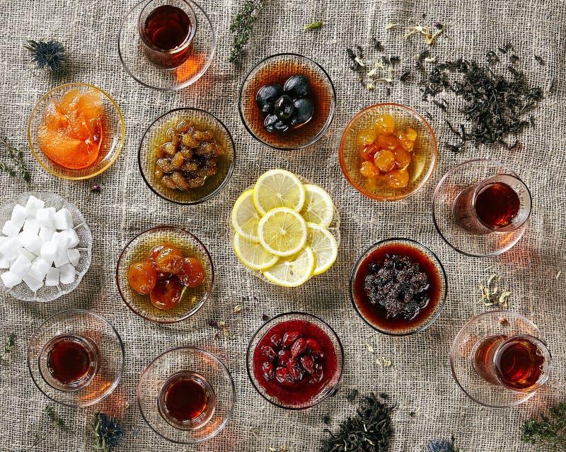 各种各样的自创果酱或Pozzy用茶和切的柠檬 免版税库存图片