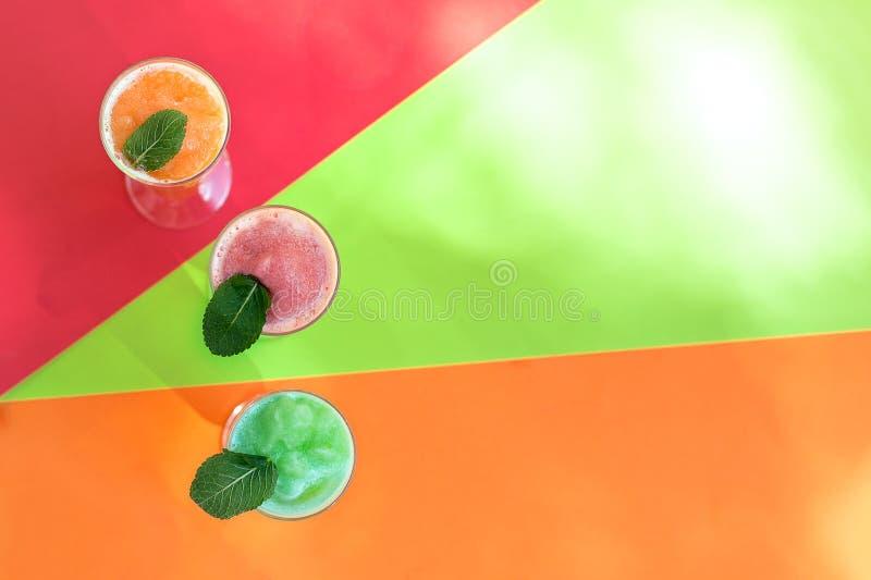 各种各样的自然新鲜的冰汁液五颜六色的顶视图 免版税图库摄影