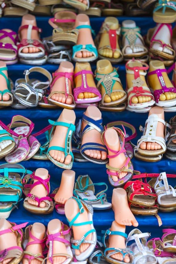 各种各样的色的妇女的夏天穿上鞋子中国制造,玻利维亚 免版税图库摄影