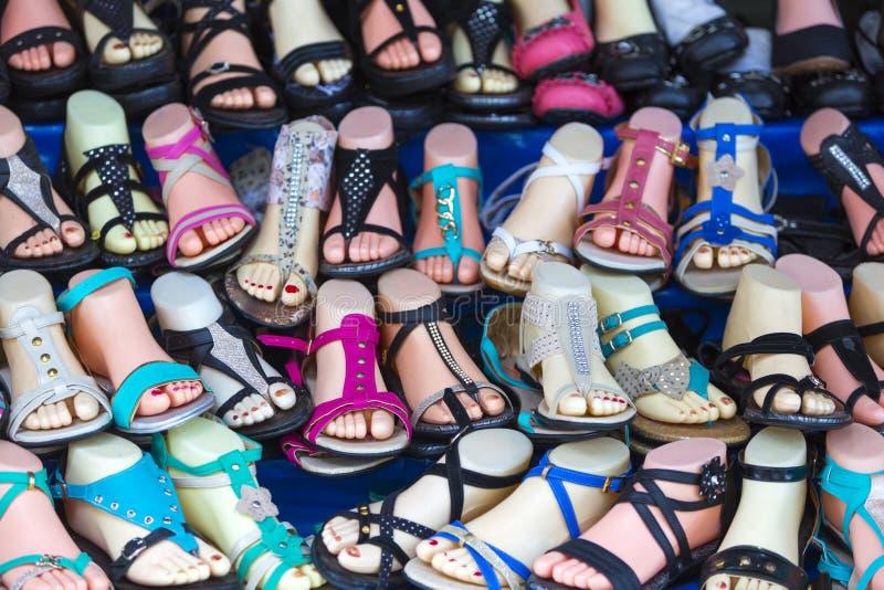 各种各样的色的妇女的夏天穿上鞋子中国制造,玻利维亚 库存图片